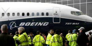 Más problemas eléctricos en aviones Boeing 737 MAX siguen saliendo a la luz, mientras las acciones de la compañía van en descenso