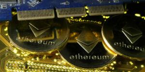 Bitcoin cayó después del impulso de Coinbase, pero Dogecoin subió 35% venciendo las expectativas