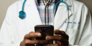 Los doctores cambian el estetoscopio por el celular y la tablet para adentrarse al nuevo mundo de las consultas médicas digitales