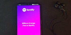 Spotify y Apple rivalizan ahora en las plataformas de podcast por suscripción