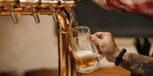 3 o 4 cervezas al día podrían reducir el efecto de la vacuna, según científicos