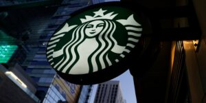 Starbucks desafía la escasez de mano de obra con mayores beneficios de contratación que no tienen empresas como McDonald's