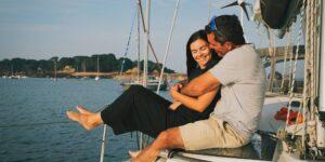 Esta pareja dejó sus trabajos para navegar alrededor del mundo y ganar dinero con ello. Estos son los pasos exactos que tomaron y por qué es más factible de lo que la gente piensa.