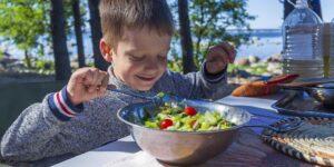 Una alimentación balanceada en la infancia es clave para el correcto crecimiento de los niños. Así es como puedes promover los alimentos saludables en tu casa.