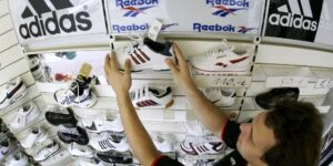 Una acusación de trabajo forzado empaña la subasta de Reebok por parte de Adidas