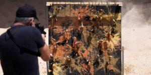 Este exfrancotirador israelí dispara para crear arte y dejar un mensaje sobre salud mental