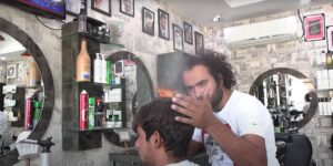 Conoce al peluquero paquistaní que corta el cabello con sopletes, cuchillas y tablas para picar
