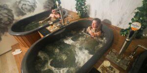 Burbujas de cebada, en Bruselas abren un spa de cerveza ilimitada