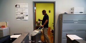 Soy experto en calidad del aire que ayuda a las empresas a desinfectar sus oficinas antes de reabrir. Estas son las prácticas que funcionarán y que ahorrarán dinero a las compañías