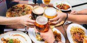 Un estudio desmonta el mito del consumo moderado de alcohol: la primera copa también daña tu cerebro