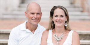 Una pareja libre de deudas con 14 hijos escribió un libro con consejos prácticos para cualquiera que quiera mejorar su relación con el dinero