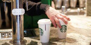 Los trabajadores de Starbucks dicen que los clientes los tratan como «robots de hacer café», con pedidos cada vez más complicados inspirados en las tendencias virales de TikTok