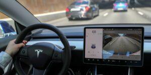 Tesla ahora monitoreará a los conductores a través de cámaras en el automóvil  cuando usen el piloto automático