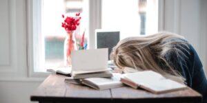 Un estudio de Microsoft revela que el estrés provoca que algunos trabajadores cometan errores que exponen los datos de sus empresas, pero enfrentarlos puede empeorar las cosas