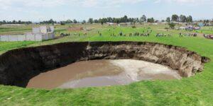 Un socavón de 20 metros de profundidad en Puebla está a punto de tragarse una casa tras emerger y expandirse en pocas horas