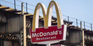 Juez rechaza demanda contra McDonald's por discriminación —un par de hermanos alegan que a los afroamericanos les dan tiendas con bajas ventas