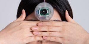 Un diseñador coreano crea un 'tercer ojo electrónico' para las personas que caminan viendo su celular