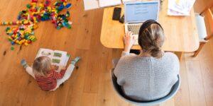 Las madres trabajadoras podrían enfrentar más efectos negativos en los modelos de trabajo híbridos que los hombres solteros. El trabajo remoto debe ser la regla.
