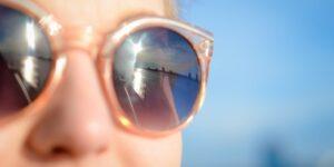 Un día en la playa puede causar quemaduras en los ojos: así es como puedes prevenirlo