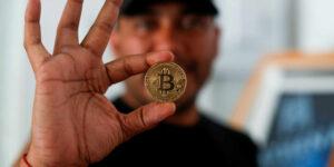El Salvador registra un repunte en transferencias de bitcoin, pero siguen dominando las remesas de billete verde