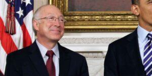 El presidente Joe Biden nomina al exsecretario del interior, Ken Salazar, como embajador en México