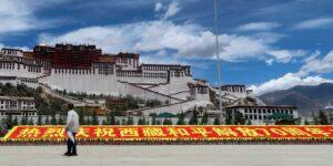 China está animando a los tibetanos a dedicarse al turismo, en un intento por impulsar la economía de la región y dar forma a su cultura