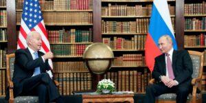 Joe Biden y Vladimir Putin posan para fotos antes de la cumbre entre Estados Unidos y Rusia en Ginebra