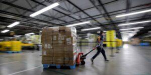 Los empleados de Amazon renuncian tan rápido que a los ejecutivos de la compañía les preocupa quedarse sin gente para emplear, según un nuevo informe