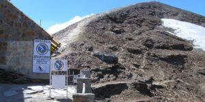 Chacaltaya era la estación de esquí más alta del mundo —ahora, esta ciudad de Bolivia esa una pueblo fantasma con edificios abandonados