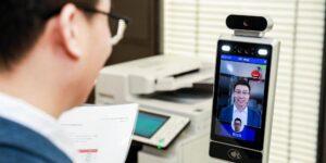 Los empleados de una oficina china tienen que sonreír a una cámara de IA para entrar al trabajo, cambiar la temperatura o imprimir documentos