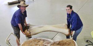 Hace 20 años, un adolescente de 14 años recogió un trozo de fósil e impulsó el comienzo del descubrimiento de dinosaurios en Australia