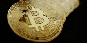 Bitcoin cayó por debajo de 30,000 dólares, lo que pondrá aprueba su resistencia de mantenerse a flote o continuar con el desplome