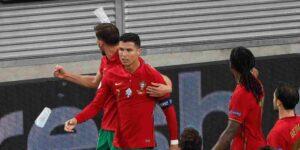 A Cristiano Ronaldo le arrojaron una botella de Coca-Cola cuando celebraba un gol en la Euro 2020 — los fanáticos siguen trolleando su disgusto por la bebida