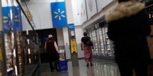 El gobierno mexicano buscará que Walmart permita el retorno de adultos mayores empacadores a sus tiendas