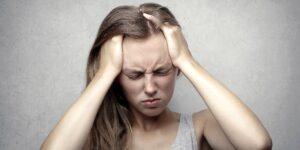 Los adultos jóvenes que tienen canas prematuras pueden revertirlas eliminando el estrés, sugiere un estudio