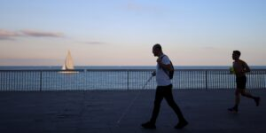 Este «bastón inteligente» para personas con discapacidad visual ofrece información de los lugares por donde pasan