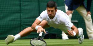 """Los tenistas siguen cayéndose en la """"extremadamente resbaladiza» cancha central de Wimbledon —y las preocupaciones por la seguridad aumentan tras 2 lesiones"""