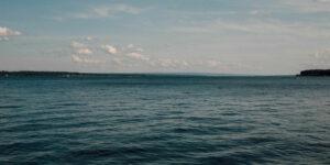 Esta controvertida mina de bitcoin ha subido tanto la temperatura de un lago en Nueva York 'que podrías sentir que estás en una tina con agua caliente'