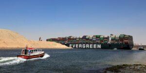El buque Ever Given comienza a salir del Canal de Suez, tras 106 días después de quedar encallado