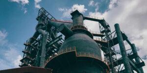 Las refinerías a nivel mundial se preparan para cubrir la demanda de combustible ante la recuperación económica, dice la AIE