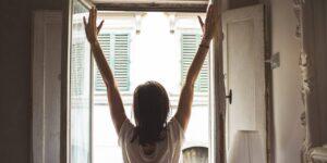 Las pausas activas son una manera de evitar problemas de salud si trabajas desde casa —con estos 7 ejercicios puedes ponerlas en práctica