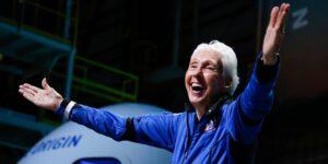 Ella es Wally Funk, la piloto de 82 años que pasó las pruebas del proyecto Mercury de la NASA en los 60 y que por fin viajó al espacio con Blue Origin