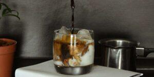 5 diferentes maneras de hacer una refrescante taza de café helado