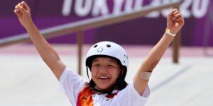 Momiji Nishiya, de 13 años, gana el oro en skate de calle femenil de los Juegos Olímpicos de Tokio 2020, convirtiéndose en una de las medallistas de oro más jóvenes en la historia