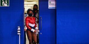 Simone Biles se retira a mitad de camino de la final olímpica por equipos de gimnasia femenina, poniendo en peligro el oro para EU
