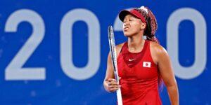 """Naomi Osaka dice que su derrota olímpica """"apesta más"""" que la mayoría después de que no logró la medalla para Japón, que es el anfitrión del evento"""