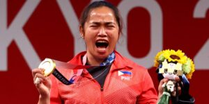 Hidilyn Díaz, levantadora de pesas de Filipinas, recibirá 660,000 dólares y 2 casas por ganar la primera medalla oro de su país