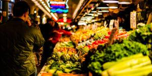 Los salarios están sufriendo una contracción por la inflación y eso causa tensión en la economía familiar, advierte Moody's
