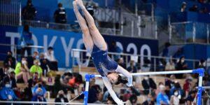 Ella es Sunisa Lee, quien ganó medalla de oro en Tokio 2020 —pertenece al equipo de gimnasia de Simone Biles