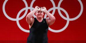 Laurel Hubbard, la primera mujer abiertamente transgénero en unos Juegos Olímpicos, perdió una medalla después de fallar 3 veces en su evento de halterofilia